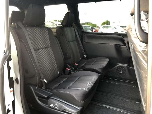 【2列目シート】後部座席もゆったりと座れるスペースが確保できます!!足元も広々しております☆大人数でのお出かけも会話が弾みますね♪