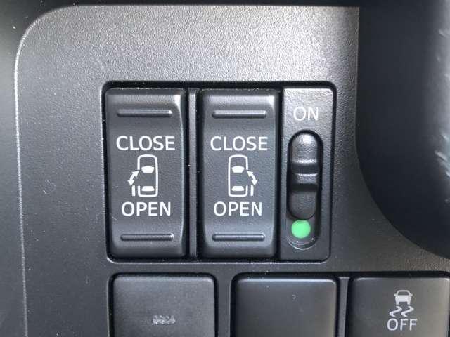 【パワースライドドア】小さなお子様でもボタン一つで楽々乗り降り出来ます♪駐車場で両手に荷物を抱えている時でもボタンを押せば自動で開いてくれますので、ご家族でのお買い物にもとっても便利な人気装備です。