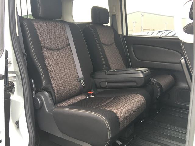 【セカンドシート】後部座席もゆったりと座れるスペースが確保できます!!足元も広々しております☆大人数でのお出かけも会話が弾みますね♪
