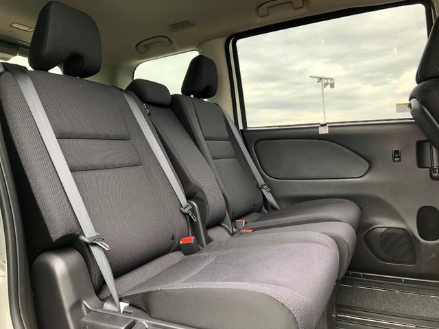 セカンドシート『後部座席もゆったりと座れるスペースが確保できます!!足元も広々しております☆大人数でのお出かけも会話が弾みますね♪』