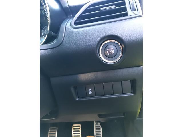 スマートキー付き。キーを持っているだけで、ドアハンドル横のボタンを押すとドアの開錠施錠が行えます。そのままキーが車内にあればエンジンをかけることができとても便利です。