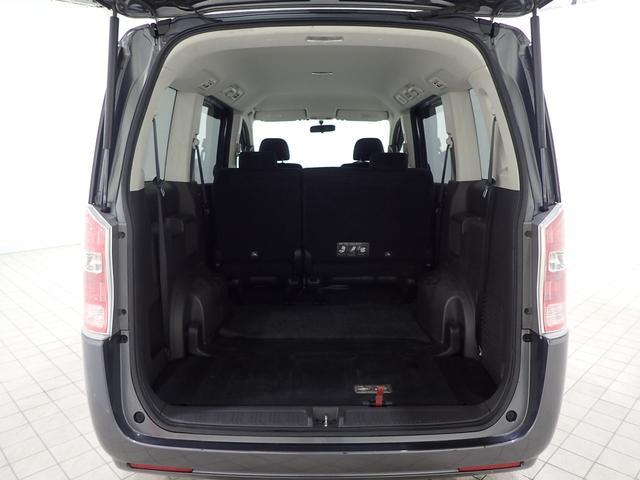 サードシートが折りたため、大きな荷物もすっきり収納できます