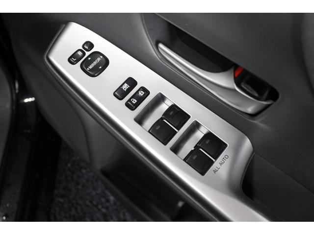 ミラーの施錠時に楽々電動格納ミラー!ボタンでミラーの角度調整が可能です!