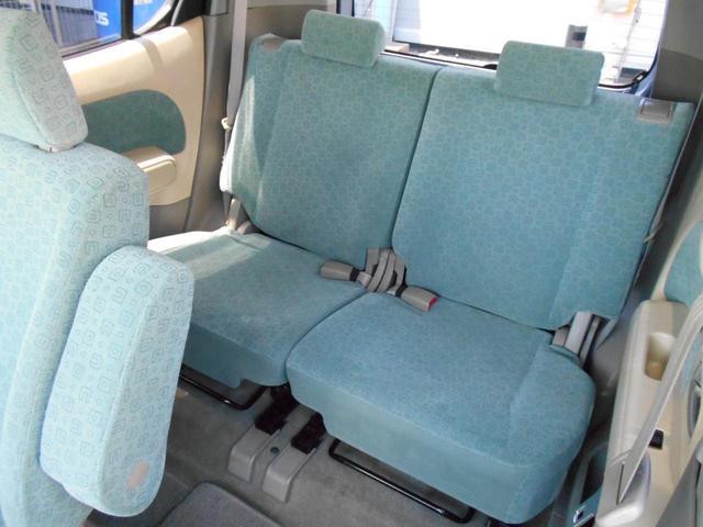 後部座席もひろびろ、大人でも十分のびのび快適♪分割シートでレイアウトも多彩ですよ♪