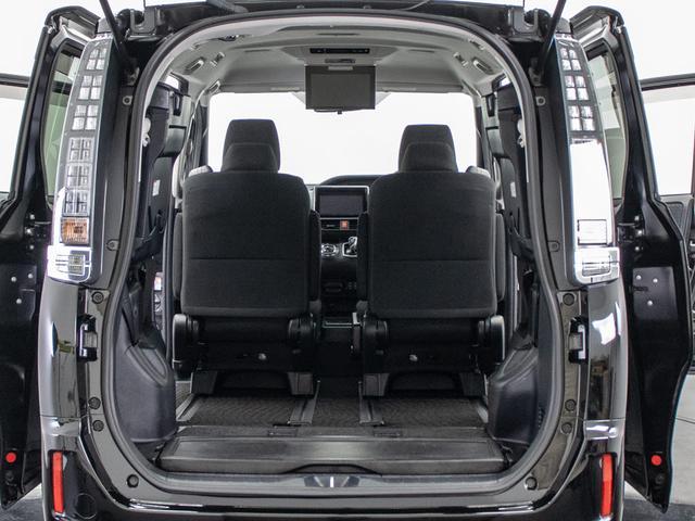 ★ラゲッジスペースも広々しています!サードシートは跳ね上げ式となり長尺物や大きな荷物でも積み込みが楽々です。