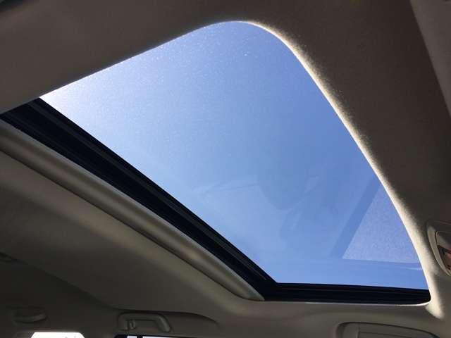 【サンルーフ】装備!ボタン1つで開閉操作が可能です!車内の開放感がUP!居住空間も広く感じる事ができます!