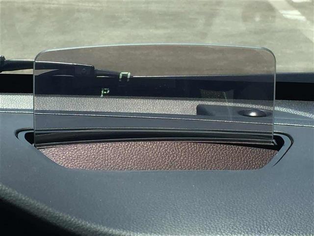 【ヘッドアップディスプレイ】運転席前のフロントガラスにスピードメーターが表示される。