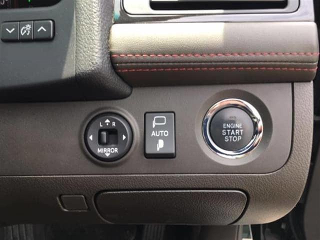 ボタン一つでミラーの開閉や調整ができます。狭いスペースに駐車し終えたときもこれで安心です♪