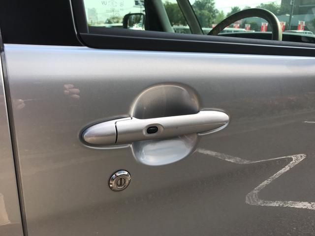 ドアハンドルにロックボタンがついています。