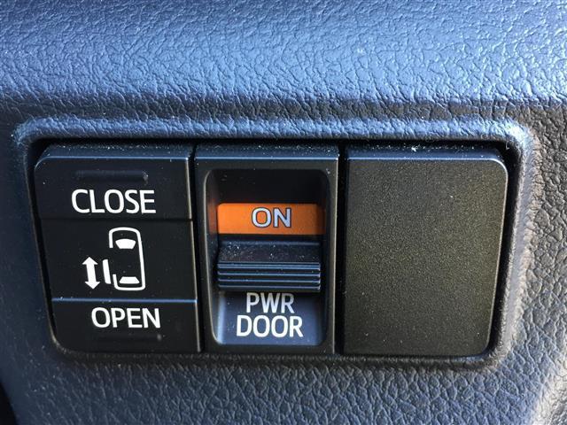 【左側電動スライドドア】小さなお子様でもボタン一つで楽々乗り降り出来ます!両手に荷物を抱えていてもボタンを押せば自動で開きますので、ご家族でのお買い物等にとっても便利な人気装備です!