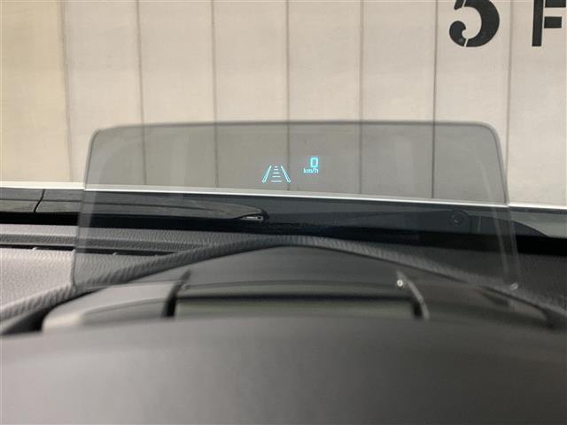 【ヘッドアップ・ディスプレイ】ドライバーの視線が運転方向から逸れることなく、ほかの車の動きなど重要な情報が常に視界に入ります!
