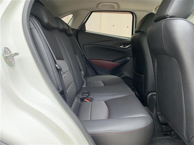 【2列目】後部座席もゆったりと座れるスペースが確保できます!!足元も広々としています☆大人数でのお出かけも会話が弾みますね♪