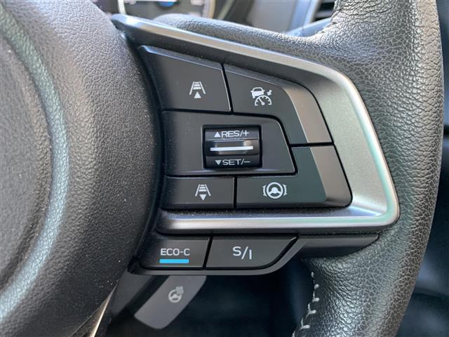 【レーダークルーズコントロール(全車速追従機能付】車内前方に装備されたカメラで先行車を認識し、車速に応じた車間距離を保ちながら追従走行を支援します。