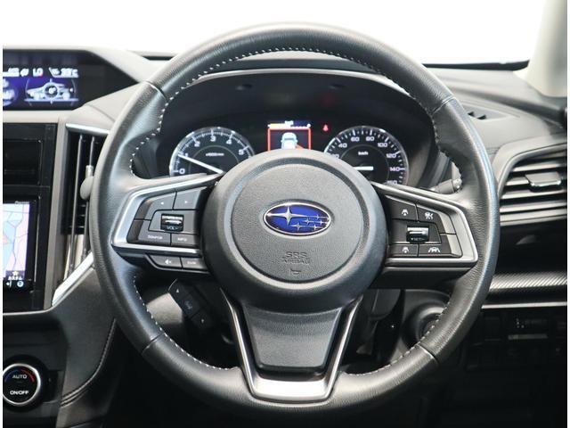 ステアリングの右にアイサイトの操作スイッチ、左にオーディオコントロール。運転中に手を放さず意のままに操作できます。