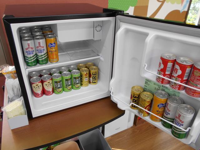 小型冷蔵庫を商談スペースに配置。お好きなお飲みもので、喉をうるおしてください。