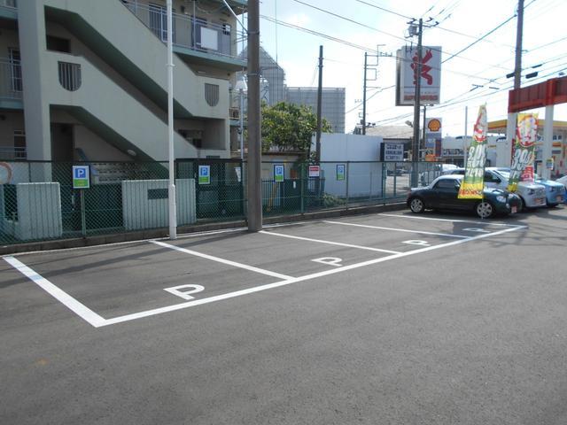 店舗前駐車場は、4台完備しています。もし一杯でしたら、別の駐車場をご案内いたしますので、048-682-1980までお電話ください。