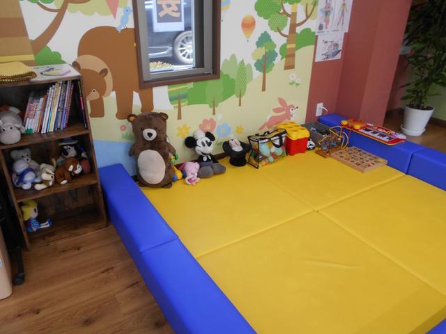 お子様が退屈しないように、キッズスペースを完備しております。おもちゃや、本、ぬいぐるみの用意もございます。ご自由にご利用ください。