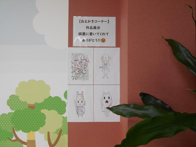 キッズのお絵描き大歓迎です。作品は入替で展示させていただいています。