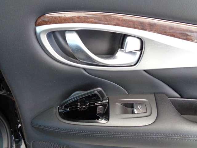 さすがVIP車。後席ドアに灰皿です。