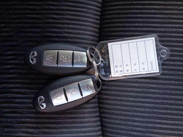 インテリジェントキーはバッグやポケットの中に入れたままでもドアのスイッチを押すだけでドア・バックドア・トランクを開閉可能。鍵を取り出す必要がないので、お買い物で手が塞がりがちな女性にも嬉しい装備です