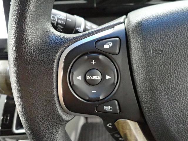 オーディオ機能のモード切替や選曲/選局、ボリューム操作などを、ステアリングから手を放さずに行えるオーディオリモートコントロールスイッチを装備。