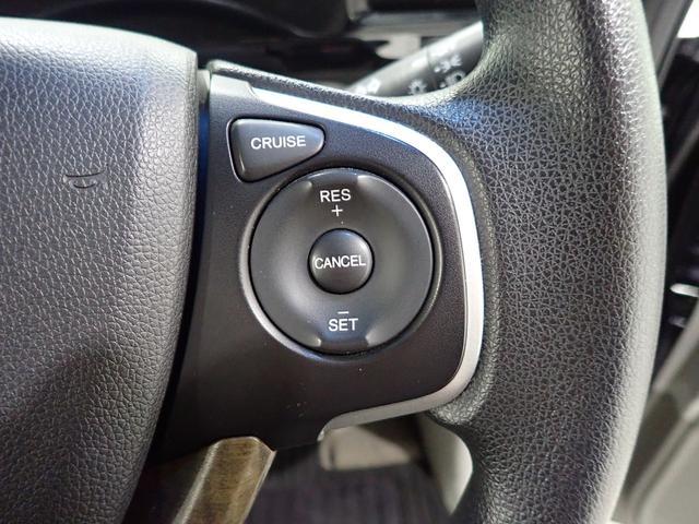 アクセルペダルを踏まずに、自動定速走行を実行するクルーズコントロール。加速・減速の少ない高速道路などでの運転をより快適にします。