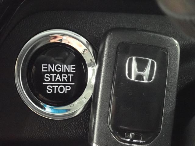 荷物で手がふさがっていてもバックやポケットからキーを出すことなく施錠・解錠ができる「Hondaスマートキーシステム。