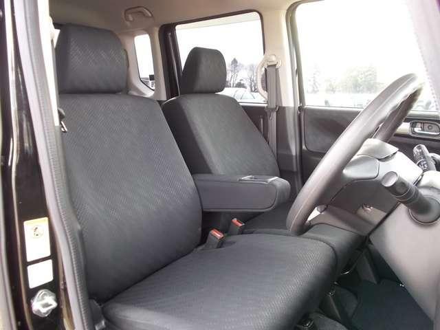 フロントシートはベンチシートタイプ♪ センターには格納式アームレストも付いています!!室内空間は広々で移動も楽々です♪狭い駐車空間など助手席ドアから出たい時にも大変便利ですよ♪