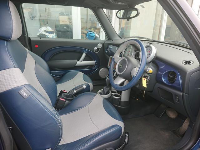 内装は年式相応の使用感がありますが、全体的には綺麗です!運転席シートの劣化が若干ございます。