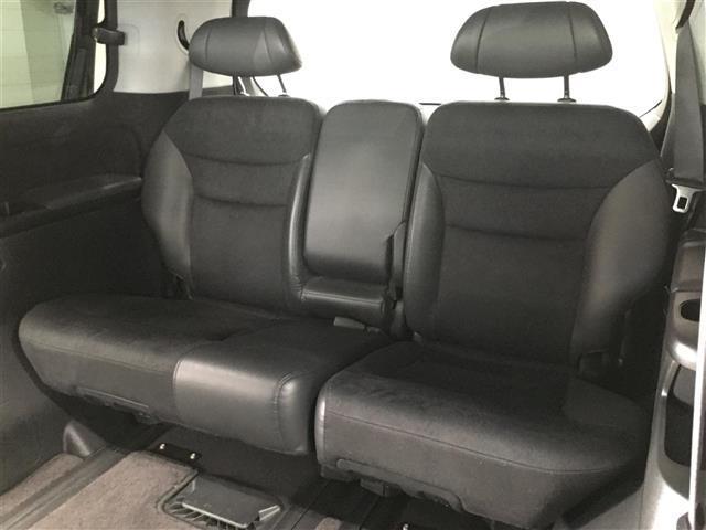 最後部座席でも広々くつろぐことができます。