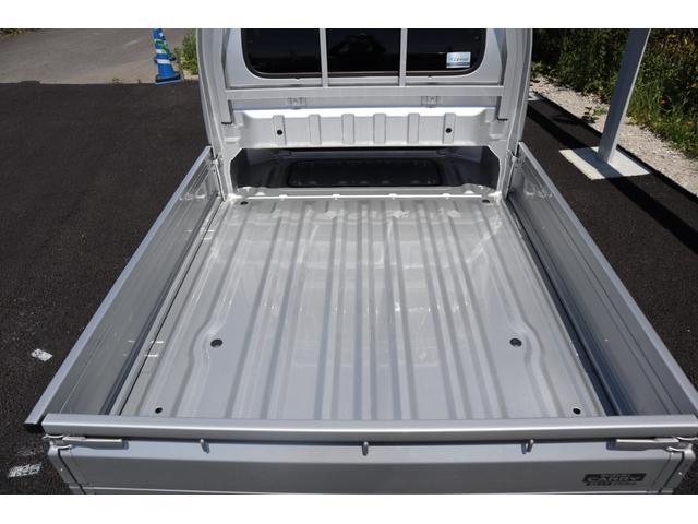 シートバックスペースの部分は、荷台との間に230mmの高さの空間が開いており、長いものも積むことができます。
