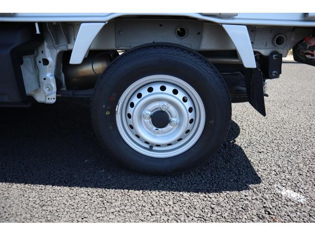 タイヤの残り溝も十分にあります。スズキアリーナ春日部東店では、ブリジストンのタイヤを中心に販売もしています。万が一の交換の時も安心してお任せください。