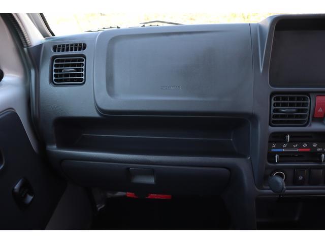 助手席前方のグローブボックス上に、インパネトレーが設置されています。小物入れとして使えます。