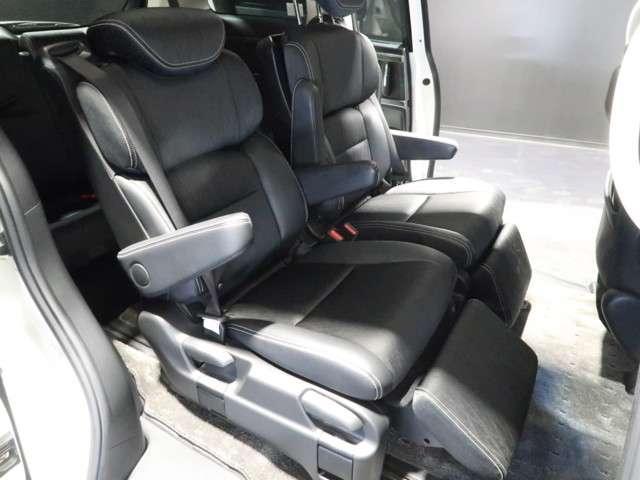2列目シートはオットマンも付いたプレミアムクレードルシート☆リビングのソファに座っているようにくつろげる空間ですよ♪