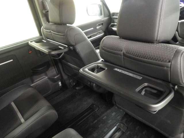 前席シートバックには、ドリンクホルダーやコンビニフック付きのシートバックテーブルが装備されています。また左右のガラスには、日差しを和らげるサンシェードも付いてます!