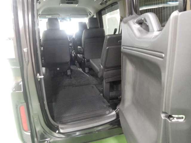 【わくわくゲート】後ろのドアをヨコに開ければ、車の後ろに余裕の無い駐車場でも荷物の積みおろしがラクラクです!3列目シートから乗り降りする時にも便利ですよ♪