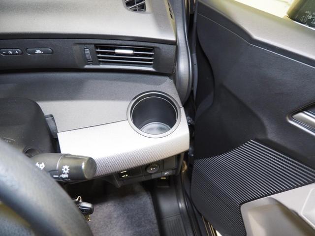 この位置にドリンクホルダーがついているのは便利です。エアコンの風にあたって保冷・保温してくれます。そして運転中手に取りやすいのが良いですね!