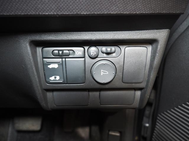 左側スライドドアは電動スライドドアになっていて運転席からの開閉も可能となっております。