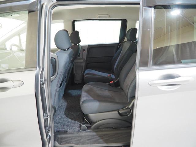 後部座席が両側スライドドアというのが人気の理由の一つです。せまい駐車場でも乗り降りが容易にできるので便利ですよ!