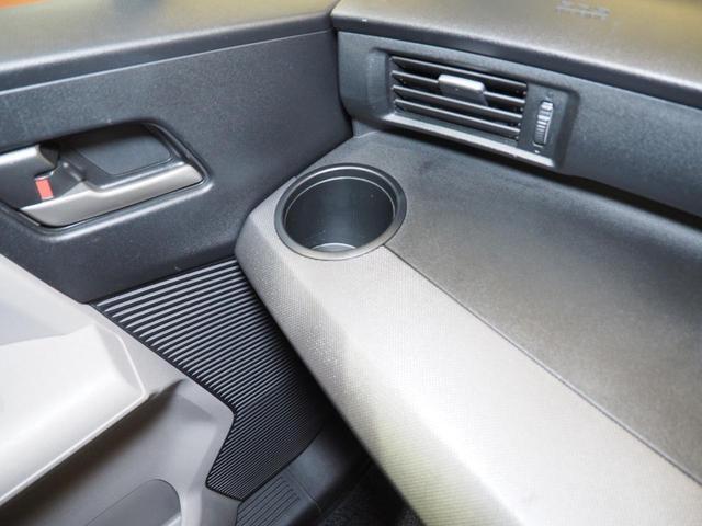助手席側にもドリンクホルダーがございます!同乗者も水分補給で快適ドライブ。