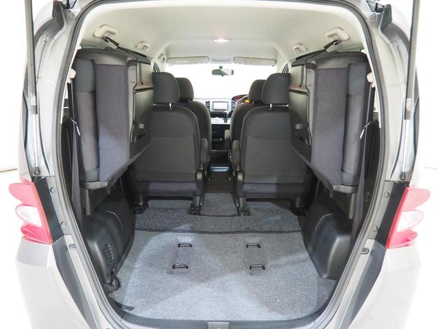 サードシートを両側に跳ね上げると広いラゲッジスペースが出現します。大きなお荷物も容易に積み下ろしが可能です。