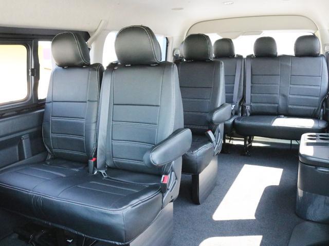 ファブリックシートカバーは全席に装着されています。2列目3列目シートの足元には木製のフットパネルが設置されており高級感を演出しています。