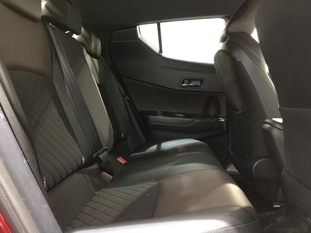 【セカンドシート】前席と同じようにハーフレザーのシート表皮。お世辞にも広くはないがヘッドクリアランスはしっかりと確保されゆったりと座れます。