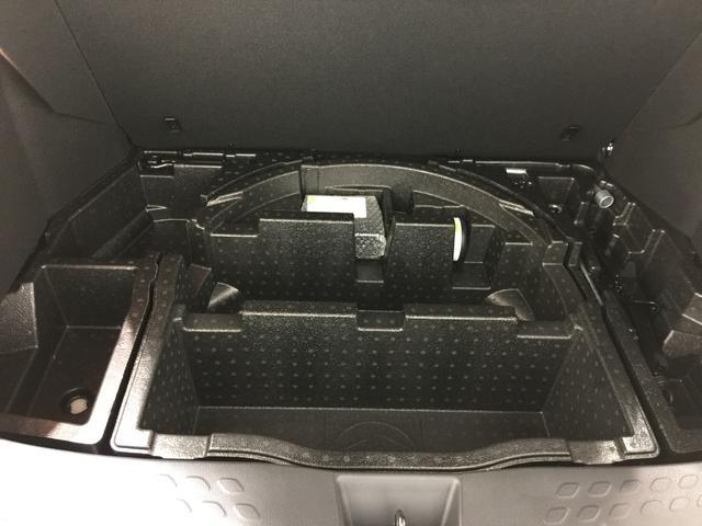 【ラゲッジ床下スペース】スペアタイヤの積載義務がなくなり大きく開いたスペースに作られた収納。普段は使わない洗車道具等をしまっておくのにぴったり。