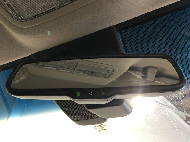 【自動防眩式ルームミラー】自動防眩式ルームミラーは、後続車両のヘッドランプの明るさに応じて反射率を自動的に調整します。