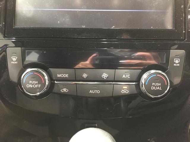 【オートエアコン】運転席と助手席個別に温度設定が可能な左右独立式オートエアコン装備。