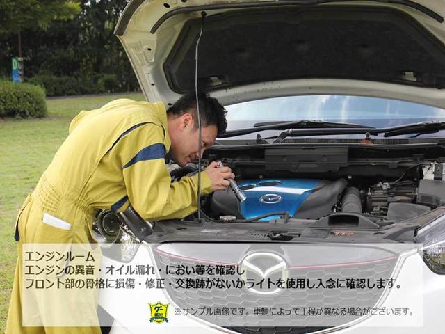 【エンジンルーム】エンジンの異音・オイル漏れ・におい等を確認し、フロント部の骨格・修正・交換跡がないかライトを使用し入念に確認します。