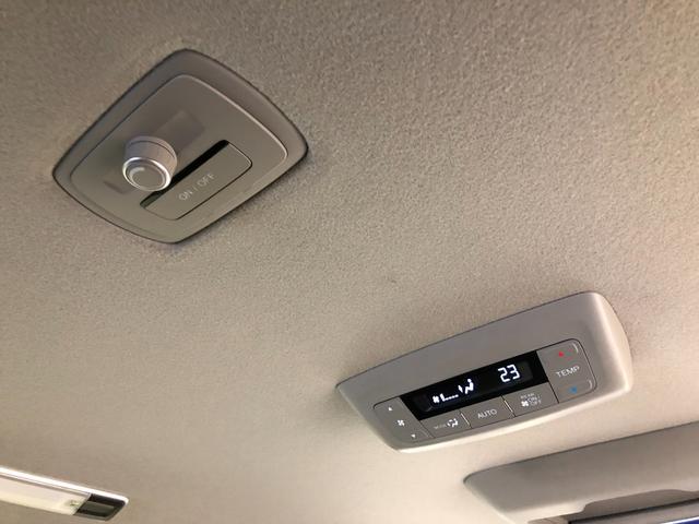 【リアオートエアコン】後席の方も前席と同じように個別での温度調整が可能なリアオートエアコン装備。
