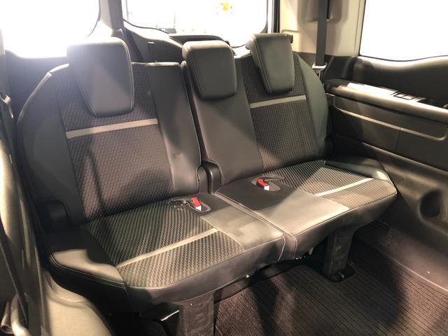 【サードシート】ダイブイン機能付き サードシート。後部座席も左右にカップホルダーを装備。