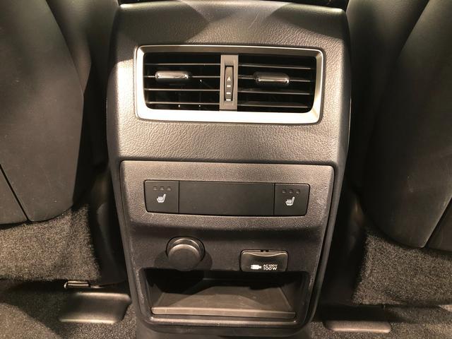 【後席エアコン/シートヒーター/AC100V】後席の方も快適に過ごせるようにエアコン吹き出し口、左右にシートヒーターを装備。AC100V電源は家庭用コンセントの用に利用できます。
